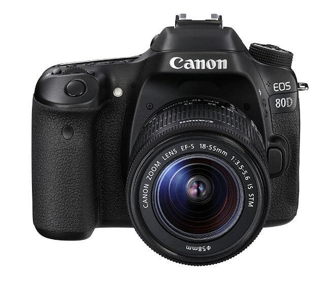 Canon 80D - Vista frontal con objetivo 18-55mm